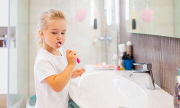 Πώς θα μάθετε στα παιδιά σας να βουρτσίζουν τα δόντια τους (vid)