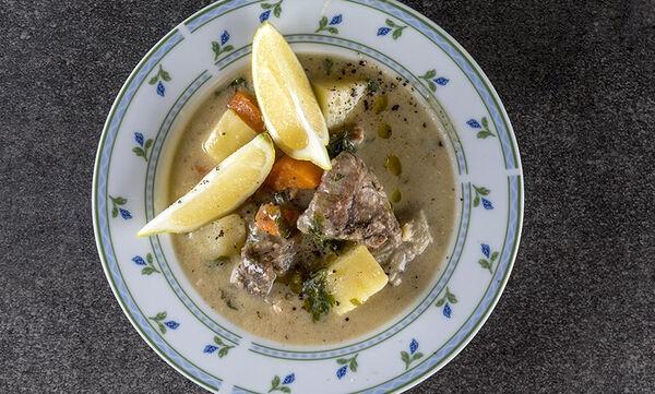 Η συνταγή του Άκη για κλασική κρεατόσουπα με αυγολέμονο