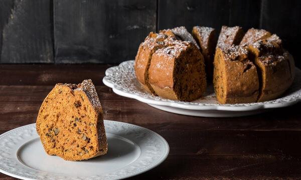 Άκης Πετρετζίκης: Η συνταγή του για το πιο εύκολο κέικ καρότου