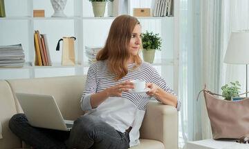 Κάνεις καθιστική δουλειά; Αυτές οι κινήσεις μπορούν να χαλαρώσουν τους μύες σου