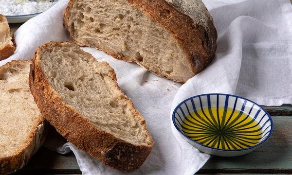 Άκης Πετρετζίκης: Η συνταγή του για σπιτικό ψωμί με προζύμι χωρίς μίξερ