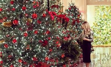 Η Μελάνια Τραμπ στολίζει για τελευταία φορά τον Λευκό Οίκο...στα κόκκινα