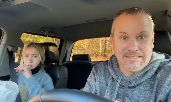 Δείτε πώς πάει κάθε πρωί αυτός ο μπαμπάς τις κόρες του στο σχολείο (vid)