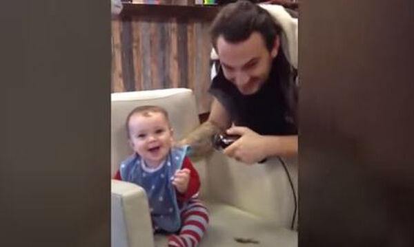 Οι απολαυστικές αντιδράσεις μωρών όταν κουρεύονται για πρώτη φορά
