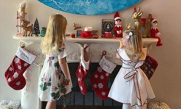 Διάσημη μαμά φωτογραφίζει τις κόρες της που στολίζουν το σπίτι
