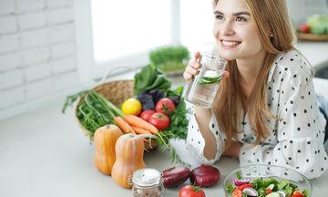 Θέλετε να χάσετε μερικά κιλά πριν τις γιορτές; Πιείτε νερό (vid)