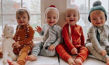Τετράδυμα μωράκια ποζάρουν στον φωτογραφικό φακό και είναι αξιολάτρευτα