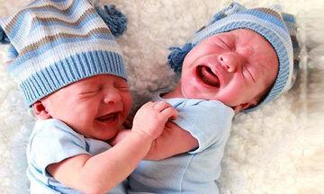Απολαυστικά στιγμιότυπα με δίδυμα μωράκια που θα σας κάνουν να «λιώσετε»