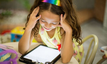 Βλέπουν τα παιδιά πολλή τηλεόραση στην καραντίνα; Αυτή η μαμά είπε την αλήθεια