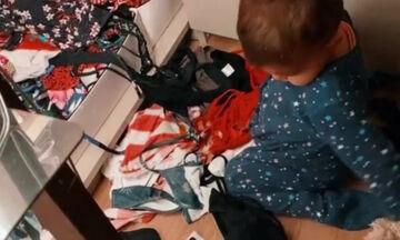 Ποια είναι η μπέμπα που παίζει με τα ρούχα της διάσημης μαμάς της;