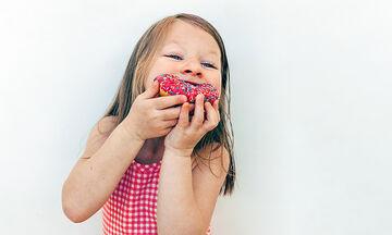 Donuts για παιδιά με δύο μόνο υλικά - Δείτε πώς θα τα φτιάξετε