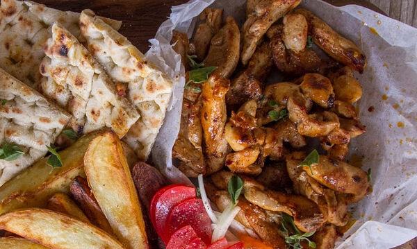 Άκης Πετρετζίκης: Η συνταγή του για σπιτικό γύρο κοτόπουλο
