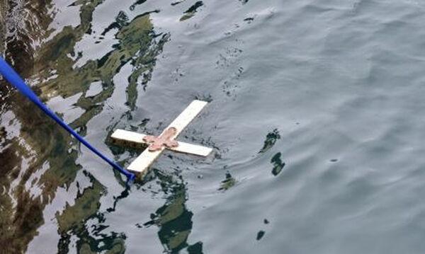 Θεοφάνεια: Τι συμβολίζει η κατάδυση του Τιμίου Σταυρού
