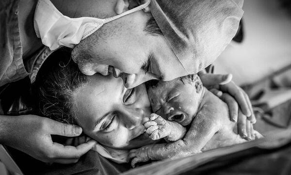 Η στιγμή που ένα μωρό γεννιέται - Δείτε απίθανες φωτογραφίες τοκετού