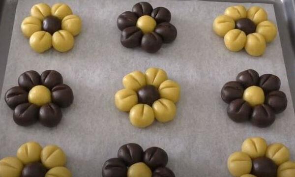 Μαγειρεύουμε παίζοντας: Φτιάξτε μπισκότα λουλουδάκια με τα παιδιά