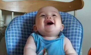 Μωράκια γελούν και «ρίχνουν» το διαδίκτυο