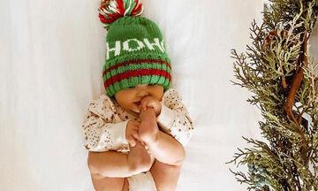 Αξιολάτρευτα μωρά ποζάρουν στον φωτογραφικό φακό των γονιών τους