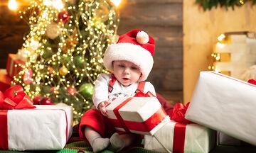 Πόσο χρόνο χρείαζεται ένα μωρό να ανοίξει το δώρο του; 4 λεπτά (vid)