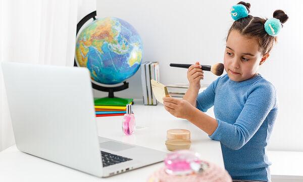 Αφήνει την 5χρονη κόρη της να κάνει make up video tutorials (vid)