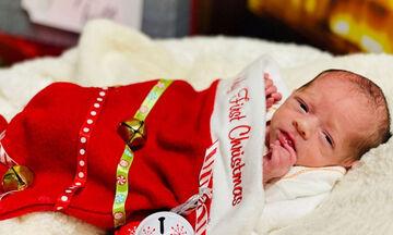 Πρόωρα μωράκια φωτογραφίζονται μέσα σε χριστουγεννιάτικες κάλτσες