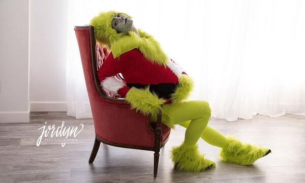 Μέλλουσα μαμά ντύθηκε Grinch και έκανε μια διαφορετική φωτογράφιση