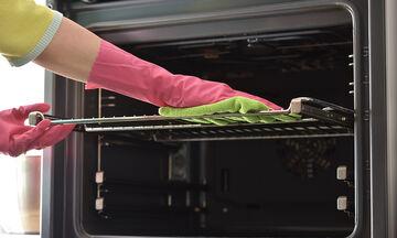 Tips για μαμάδες: Πώς να καθαρίσετε το φούρνο από τα επίμονα λίπη