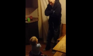 Μπαμπάς και κόρη διαφωνούν για το ποιος θα καθαρίσει την κουζίνα (vid)
