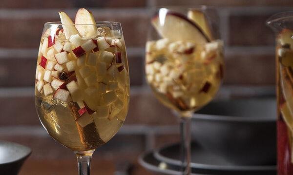 Λευκή σαγκρία με μήλο και καραμέλα για αυτές τις γιορτινές μέρες
