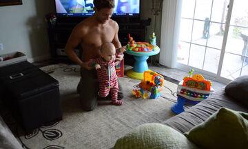 Μωράκι κάνει τα πρώτα του βήματα & η αντίδραση του μπαμπά είναι μοναδική