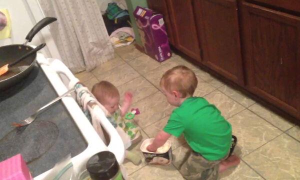 Ταΐζει κρυφά την αδελφή του παγωτό και γίνεται viral (vid)