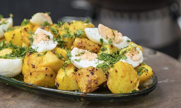 Άκης Πετρετζίκης: Συνταγή για πατατοσαλάτα με αυγά