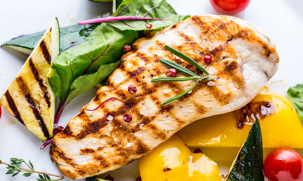 Επτά γρήγορες και νόστιμες συνταγές με κοτόπουλο (vid)