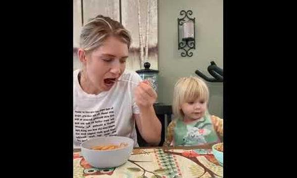 Μαμά προσποιείται ότι δεν της αρέσει το φαγητό - Δείτε τι κάνει η κόρη της
