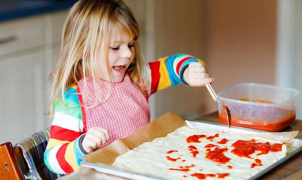 Πανεύκολη ζύμη για πίτσα με γιαούρτι και ένα ακόμα υλικό (vid)