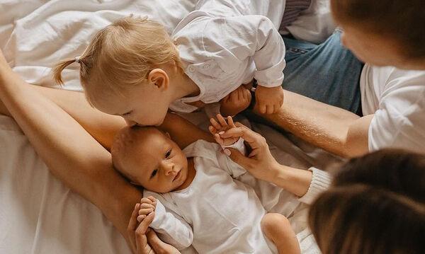 Παιδιά φωτογραφίζονται με το μωρό αδερφάκι τους (pics)