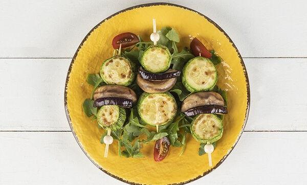 Σουβλάκι με τρία λαχανικά από τον Άκη Πετρετζίκη