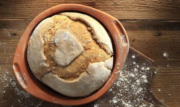 Σπιτικό ψωμί χωρίς ζύμωμα με τέσσερα υλικά