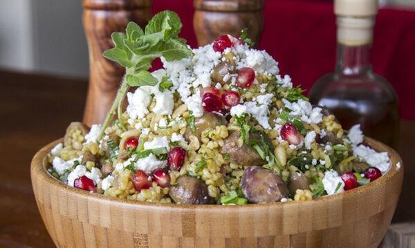 Σαλάτα με πλιγούρι και ρόδι από τον Άκη Πετρετζίκη