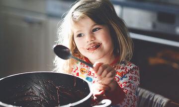 Μαγειρεύουμε παίζοντας: Μπισκότα πραλίνας με 3 υλικά (vid)