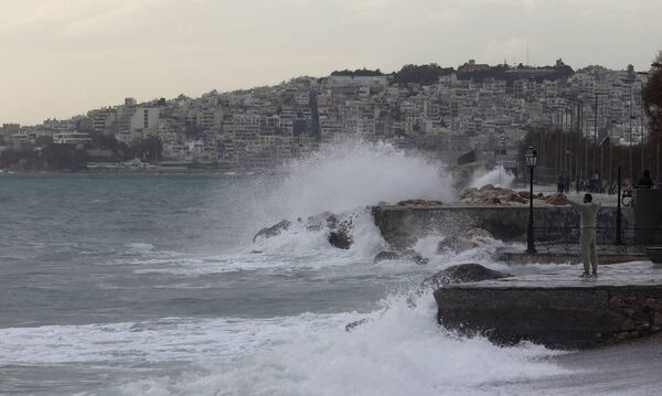 Καιρός: Βροχές, χιονοπτώσεις και «βουτιά» του υδράργυρου