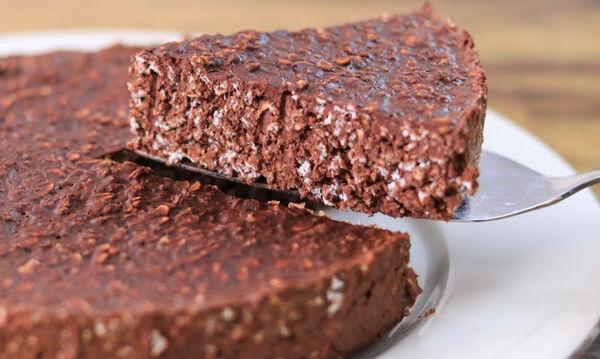 Πανεύκολο σοκολατένιο κέικ με βρώμη και δύο ακόμα υλικά (vid)