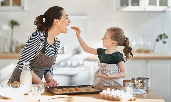 Μαγειρεύουμε παίζοντας: Υγιεινά μπισκότα βρώμης με 3 υλικά