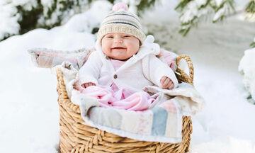 Έντυσαν ζεστά τα μωρά τους και τα φωτογράφισαν στο χιόνι