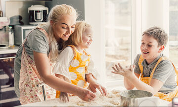 Μαγειρεύουμε παίζοντας: Μπισκότα με φιστικοβούτυρο και 2 ακόμα υλικά