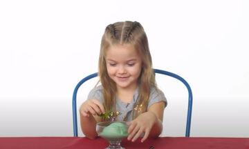 Παιδιά δοκιμάζουν φαγητά από τις αγαπημένες τους ταινίες