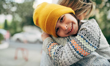 Παγκόσμια Ημέρα Αγκαλιάς: Αγκαλιάστε τα παιδιά σας, κάνει καλό