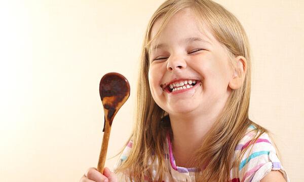 Μαγειρεύουμε παίζοντας: Σοκολατένια μους με δύο υλικά (vid)