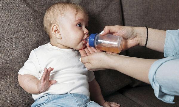 Πότε το μωρό μπορεί να πιει χυμούς φρούτων;
