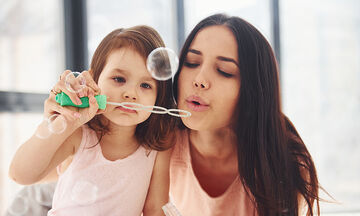 Δραστηριότητες για παιδιά: Έτσι θα φτιάξετε τις τέλειες σαπουνόφουσκες