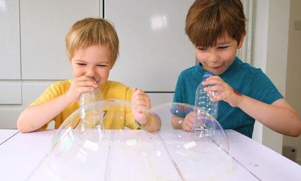 Διασκεδαστική δραστηριότητα με σαπουνόφουσκες για τα παιδιά